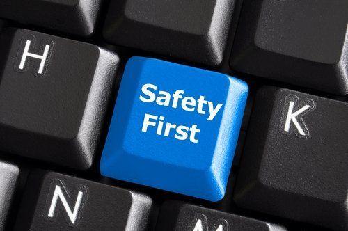 tasto di una tastiera da computer con scritto 'Safety first'