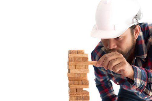 Lavoratore costruisce un modellino