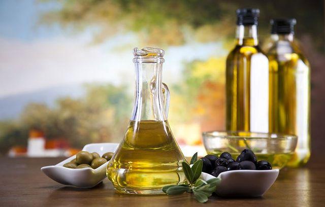 Olio extravergine di oliva e vino di ottima qualità, naturale e privo di sostanze chimiche.