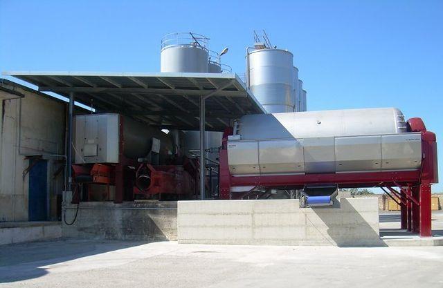 La fermentazione ha luogo in speciali contenitori di acciaio inox che ne mantengono inalterata la temperatura