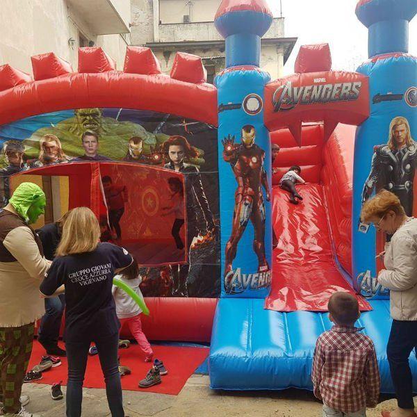Saltarini, scivoli e gonfiabili sportivi di Avengers