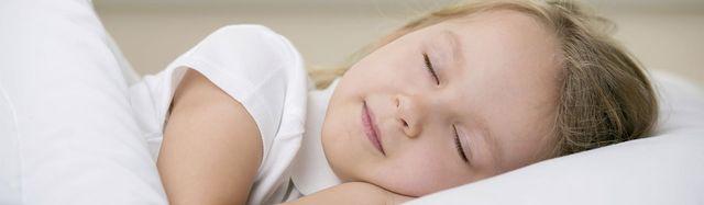 Bambina dorme sul materasso Friuliflex