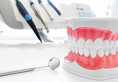 Dentizione esplicativa e strumentale vario del dentista
