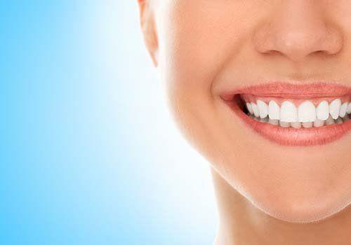 Primo piano della bocca di una giovane sorridente