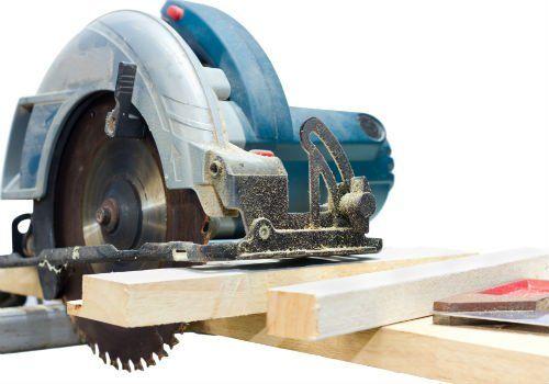 una taglia legna elettrico con un disco