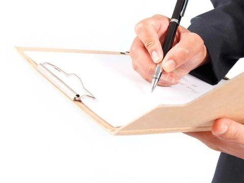 un uomo che scrive dei documenti