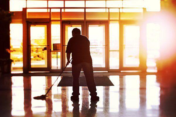 pulizie all'interno di un ufficio