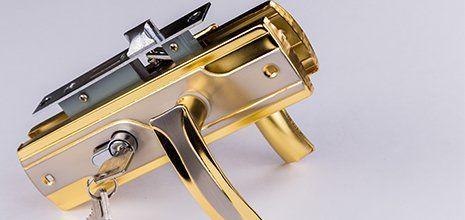 una serratura blindata con la maniglia dorata