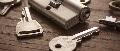 delle chiavi di metallo e una serratura