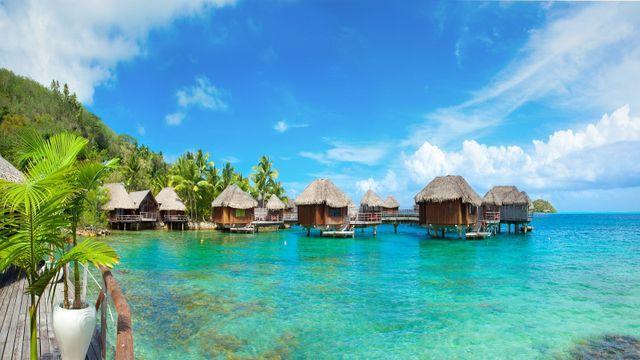 vista di un mare con acqua cristallina e dei bungalows