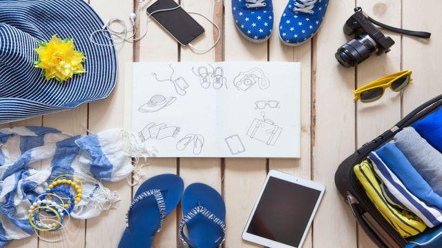 un cappello, degli infradito,delle scarpe blu e gli occhiali da sole