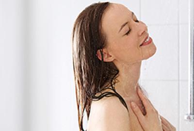 donna mentre si fa una doccia