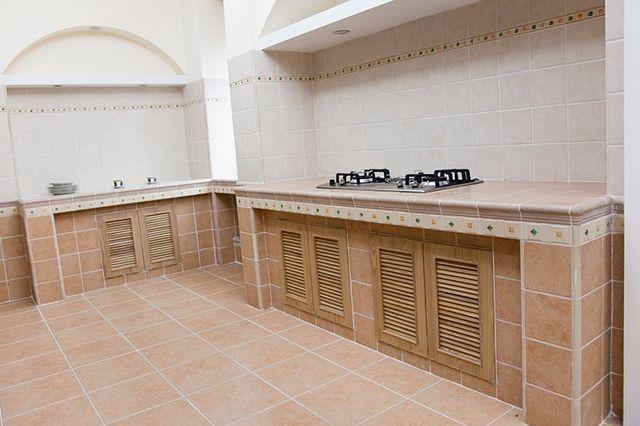 Nuova cucina moderna vuota con fornello a gas in una nuova casa