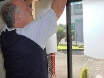 fase di installazione di porta scorrevole