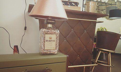 un mobile con una lampada con disegno di una bottiglia