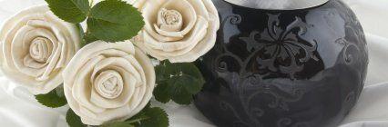 tre rose bianche e un vaso nero