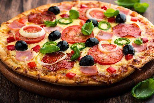Pizza con pomodoro, salame,peperoncino, cipolla ,olive nere e formaggio