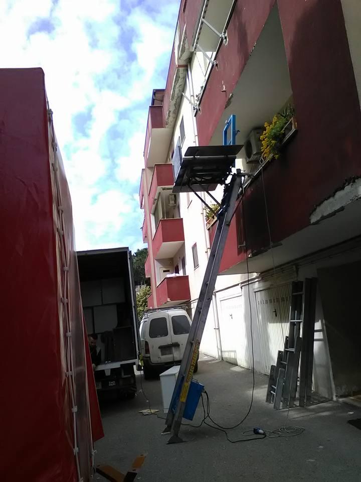 una scala che arriva fino al balcone di un condominio
