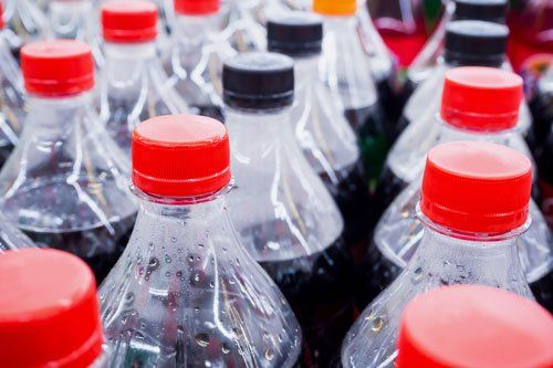 Gassate bottiglie di bevande analcoliche da vicino