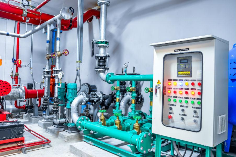un quadro elettrico e delle tubature di un impianto
