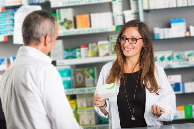 Farmacista mentre consiglia un medicinale ad un cliente