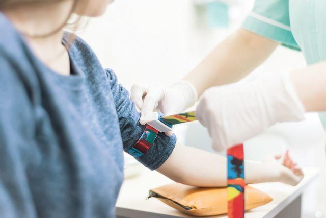 braccio di un bambino con laccio emostatico