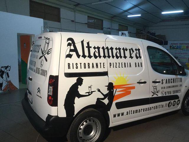 Mettendo il logo in un furgone