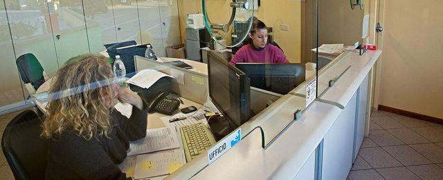 due donne sedute alla scrivania mentre lavorano al computer