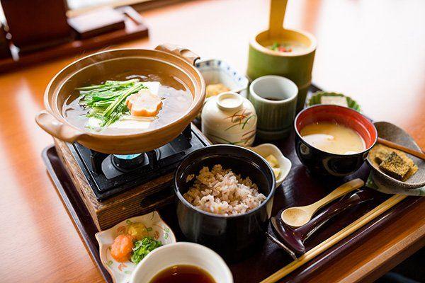 Thali giapponese: piatto con la minestra e piccole porzioni di vari piatti