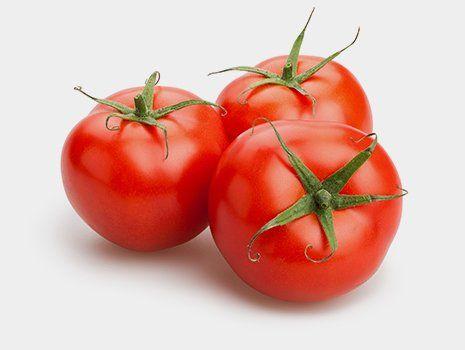 Pomodori raccolti con attrezzature agricole ad Angri