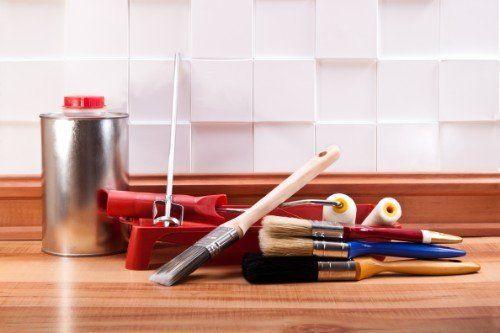 dei pennelli e altri utensili da pittura