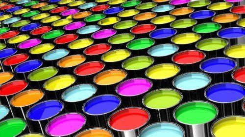 dei barattoli di vernice di colori diversi