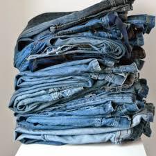 esposizione di jeans casual presso il punto vendita di Cossato