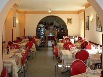 dei tavoli con delle sedie rosse in un ristorante