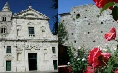 una chiesa, delle rose e una muraglia