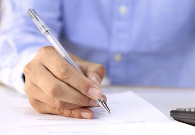 uomo scrive su un documento