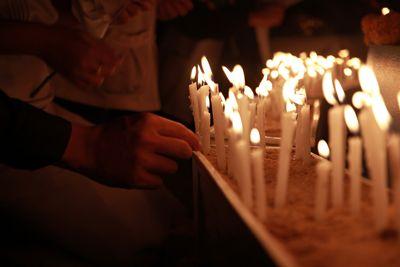 candele accese per riti funebri