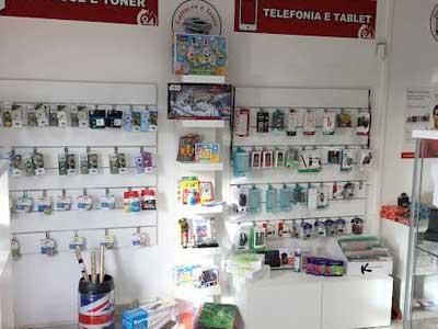 prodotti per stampanti e telefonia in esposizione