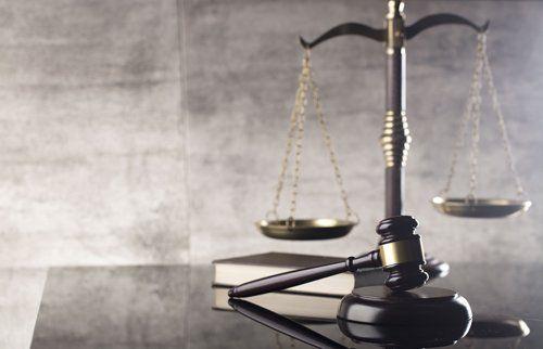 bilancia della giustizia e martello di giustizia
