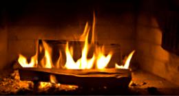 caminetto con fiamme