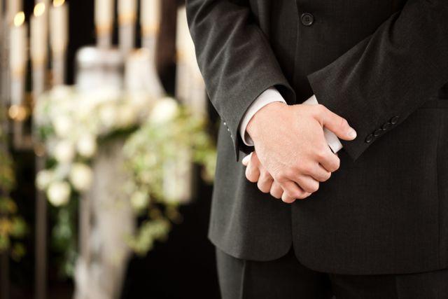 Uomo in vestito classico ad un funerale
