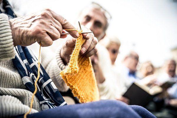 persona anziana che lavora a maglia