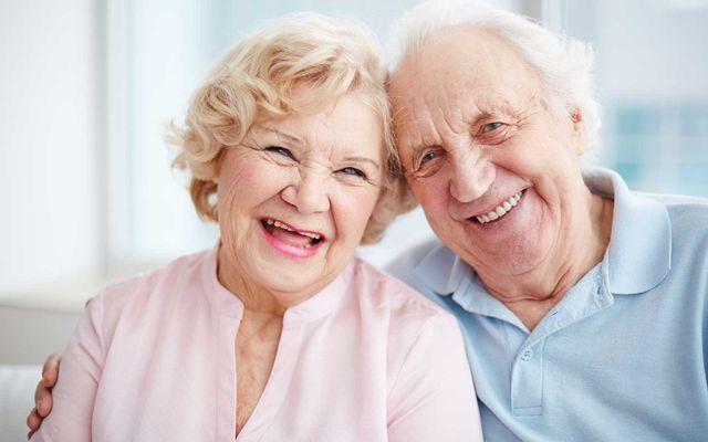 anziani che sorridono insieme