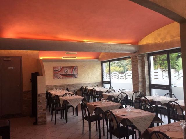 visuale del ristorante con tavola apparecchiata in primo piano