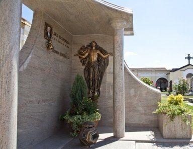 tombe in marmo, statue in bronzo per tombe, cofani in legno pregiato