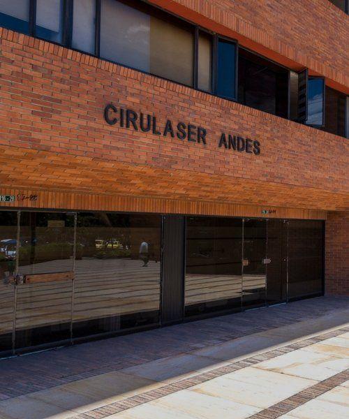 Closeup fachada la la Asociación Médica de Los Andes