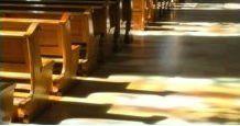 il pavimento di una chiesa con delle panche in legno