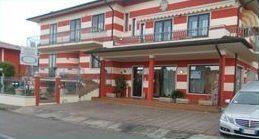 un edificio di colore bianco e rosso