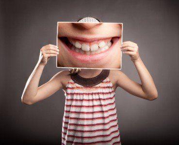 Bambina con il sorriso allargato