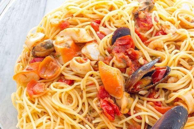 Piatto di spaghetti al sugo con cozze, surimi e pomodorini presso La Cena di Afrodite a Squillace (CZ)